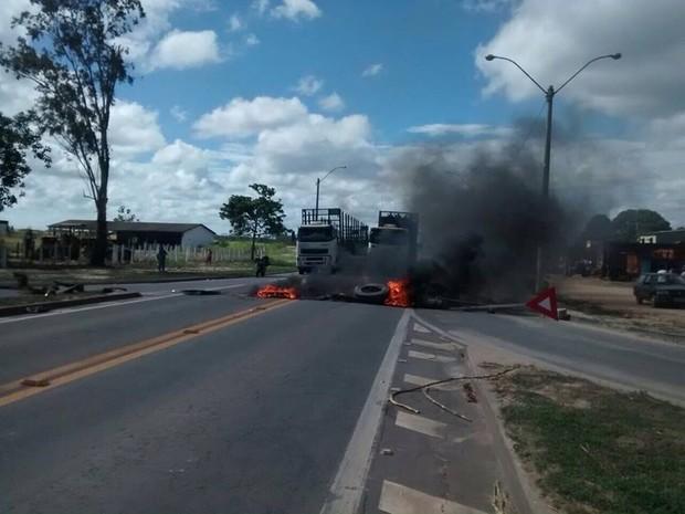 Moradores fecharam rodovia no Norte do Espírito Santo (Foto: Internauta/ Gazeta Online)
