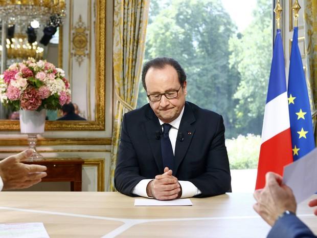 O presidente francês, François Hollande, fecha os olhos durante uma entrevista, em Paris (Foto: REUTERS/Francois Mori)