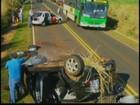 Carteira faz motorista perder direção do carro e capotar em Castilho, SP