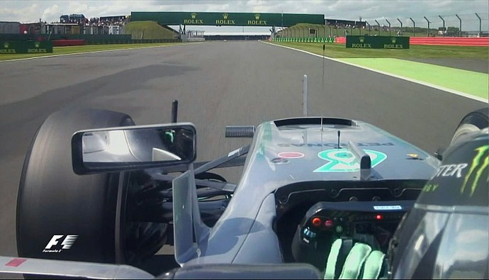 Nico Rosberg mexe no volante no GP da Inglaterra (Foto: Reprodução/FOM)