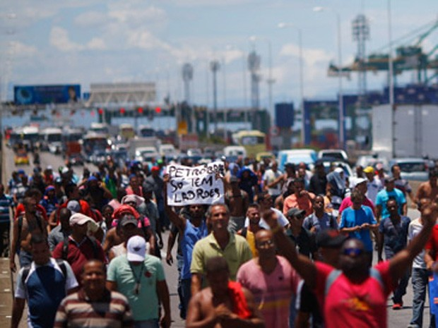 Grupo se deslocava pela Ponte Rio-Niterói com os carros esperando atrás (Foto: Ricardo Moraes/Reuters)
