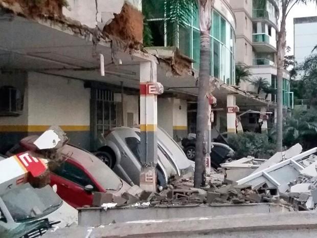 Carros foram danificados em garagem de prédio com área de lazer desabada (Foto: Reprodução/ Whatsapp)