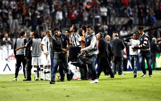Confusão no jogo entre Galatasaray e Besiktas (Foto: Reprodução / Facebook)