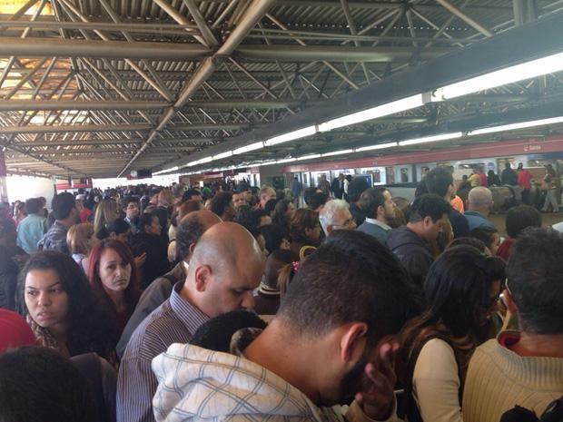 Plataformas da estação Brás da Linha 3-Vermelha ficaram lotadas após passageiros se dirigirem ao Metrô por causa de falha na CPTM. (Foto: Gilvan Garcelan/VC no G1)