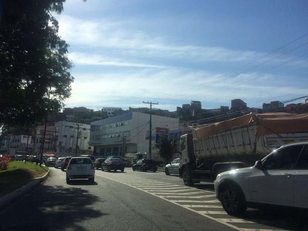 Trânsito lento na Avenida Vasco da Gama por conta de interdições perto da Arena Fonte Nova, Salvador, Bahia (Foto: Reprodução/ TV Bahia)