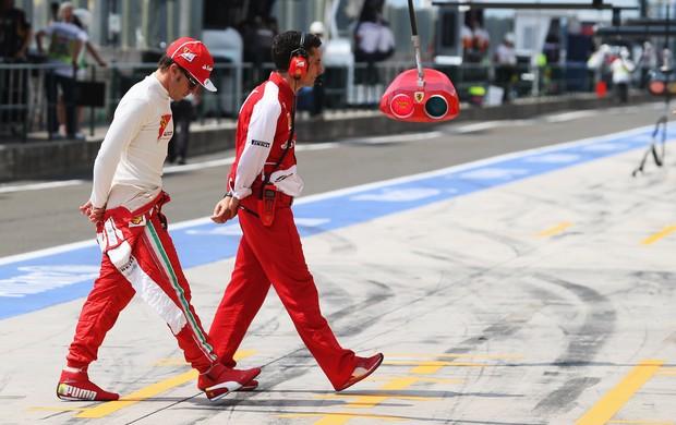Fernando Alonso caminha no paddock em Hungaroring (Foto: Getty Images)
