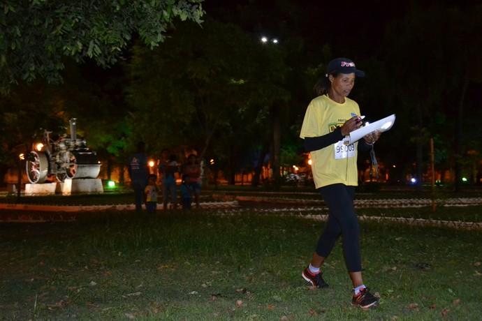 Munida de mapa, lanterna e bússola, atleta procura pontos no centro de Corumbá (Foto: Hélder Rafael)