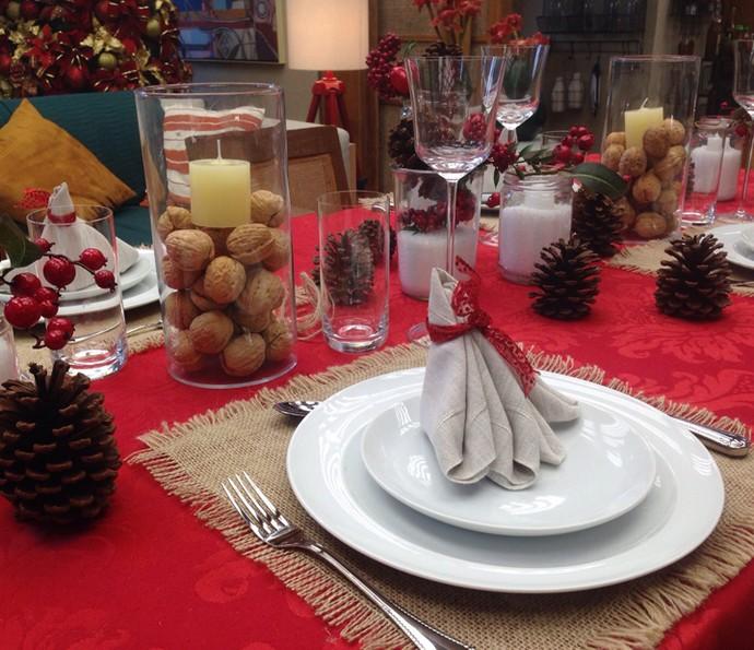 Pinhas, potes com sal grosso e guardanaposem formato diferente enfeitam mesa de Natal do 'É de casa' (Foto: Letícia Souza/Gshow)