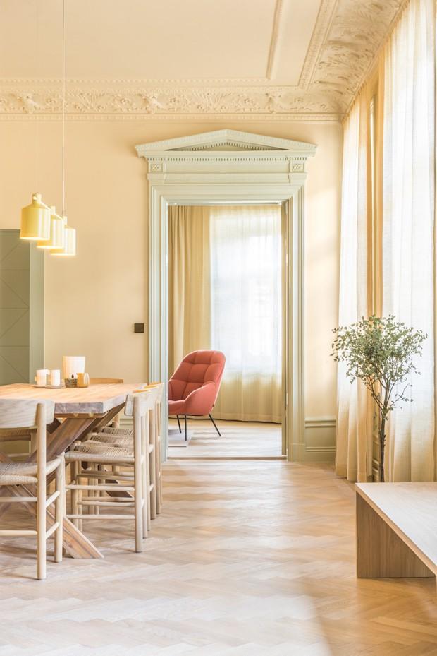 Apartamento contemporâneo exibe passado renovado (Foto: Note Studio/Divulgação)