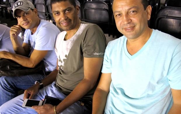 Narciso acompanhou partida ao lado de Robert e Kobayashi (Foto: Lincoln Chaves / GloboEsporte.com)