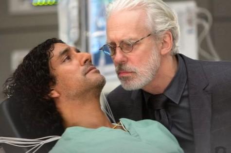 Naveen Andrews e Terrence Mann em cena da série (Foto: Divulgação)