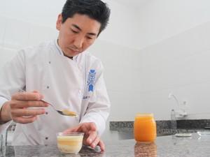 Chef confeiteiro se dedica aos detalhes de cada doce (Foto: Jomar Bellini/G1)