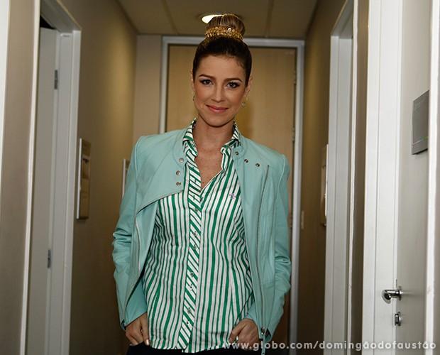 Já maquiada, Luana Piovani posa nos bastidores do programa (Foto: Domingão do Faustão/TV Globo)