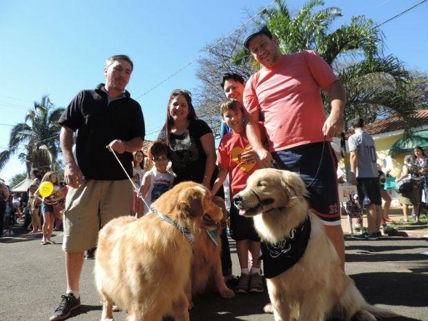 Donos dos cães comemoraram o encontro e seguiram juntos pelo evento (Foto: Natália Clementin/G1)