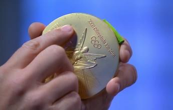 """""""Herói"""" do ouro no vôlei, Lipe mostra marcas de mordida na medalha; veja"""