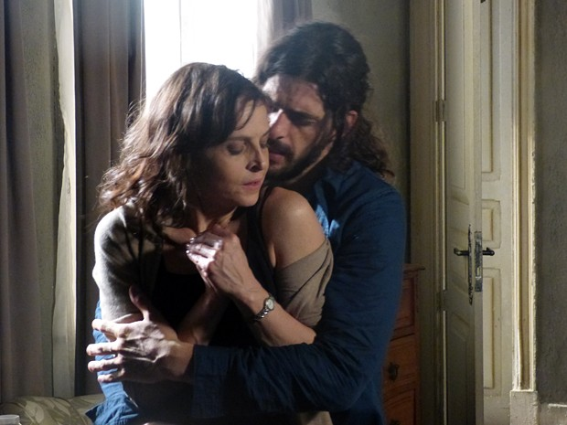 Será que Cora vai se entregar para o rapaz?  (Foto: TV Globo)