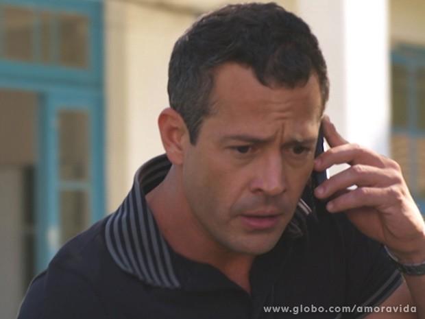 Bruno liga para Bernarda (Foto: Amor à Vida / TV Globo)
