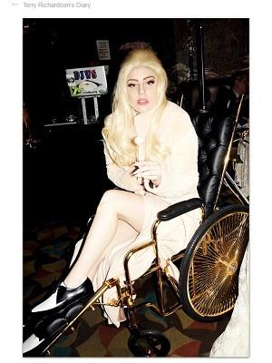 Lady Gaga é fotografada em cadeira de rodas com ouro 24 quilates (Foto: Reprodução/Terry Richardson)