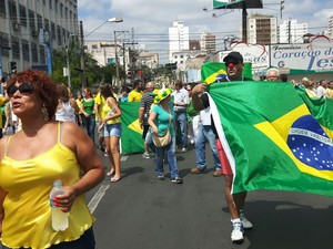 Manifestantes em Catanduva (Foto: Monize Poiani/TV TEM)