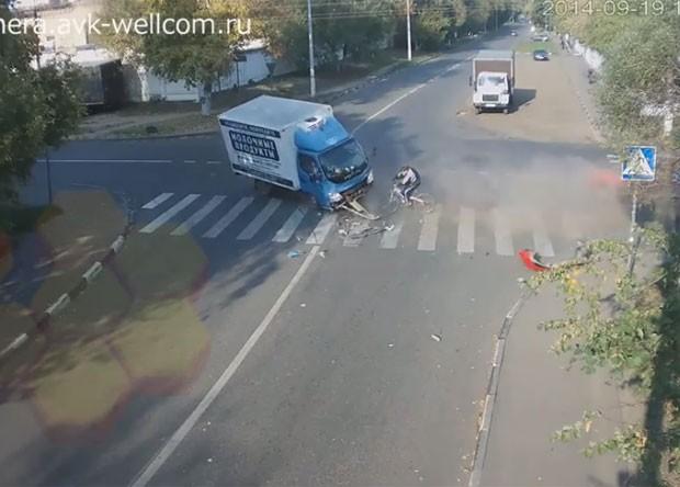 Motorista do caminhão perdeu o controle da direção ao bater na traseira do carro (Foto: Reprodução/YouTube/AVK WELLCOM)