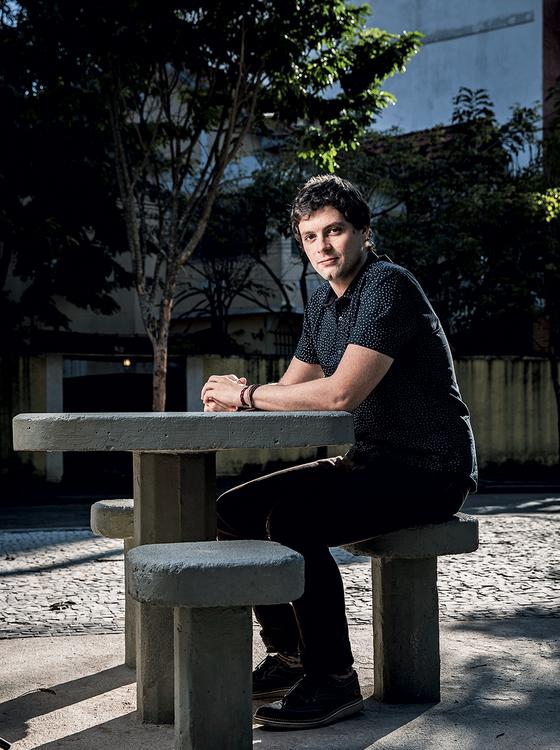 O escritor carioca Victor Heringer, no Rio de Janeiro (Foto: Stefano Martini/ÉPOCA)