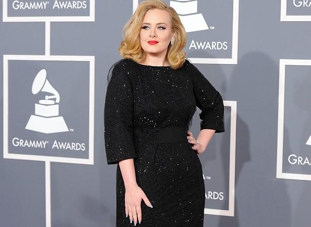 """O estilista alemão Karl Lagerfeld a considera """"um pouco gorda demais"""" e a comediante Joan Rivers (1933-2014) dizia que ela tinha de perder peso. Mas Adele respondeu ao público: """"Eu só perderia peso se isso afetasse minha saúde ou minha vida sexual, e não afeta"""". Tomou? (Foto: Getty Images)"""