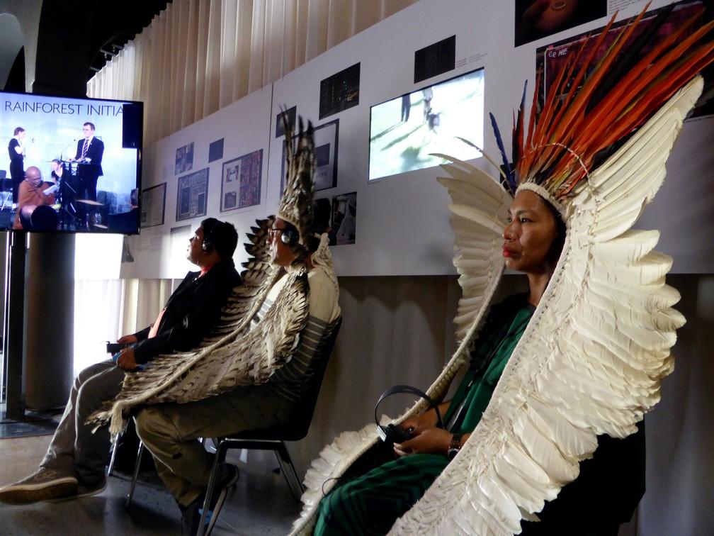 Pessoas indígenas participam de reunião com líderes religiosos para discutir formas de progeger as florestas tropiacais  (Foto: Reuters/Alister Doyle)