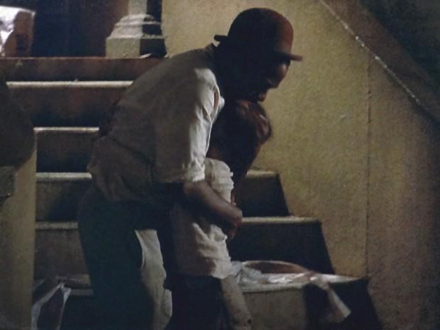 Zé Maria dá um abraço apertado em Elias ao encontrá-lo (Foto: Lado a Lado / TV Globo)