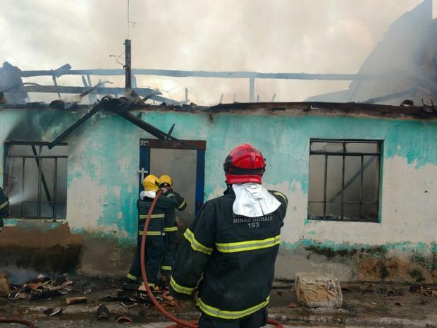 Incêndio destruiu casa no Bairro Tijuco em São João del Rei (Foto: Corpo de Bombeiros/Divulgação)