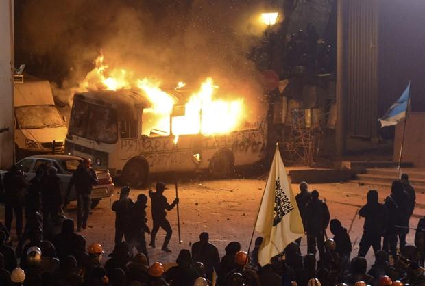 Manifestantes colocam fogo em ônibus da polícia em Kiev (Foto: Maks Levin/Reuters)
