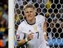 Schweinsteiger corre 70m até concluir de primeira para 2º gol da Alemanha