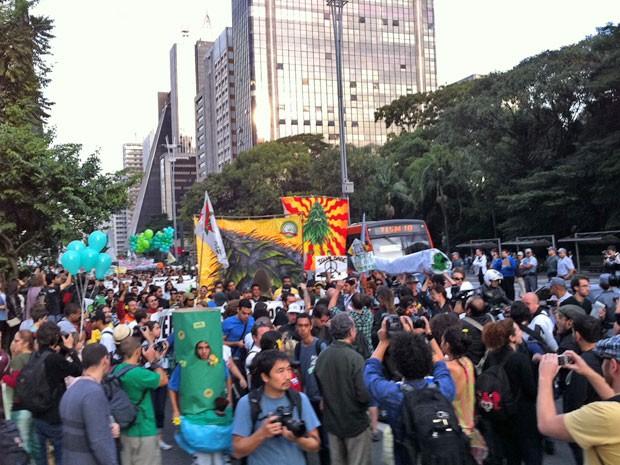 Manifestantes começam a marchar para pedir a liberação da maconha na Avenida Paulista (Foto: Márcio Pinho/G1)