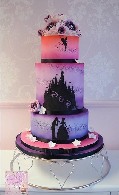 Esse bolo degradê inspirado na Sininho, Cinderela e o Príncipe foi feito por 'emmazingbakes' (Foto: Instagram)