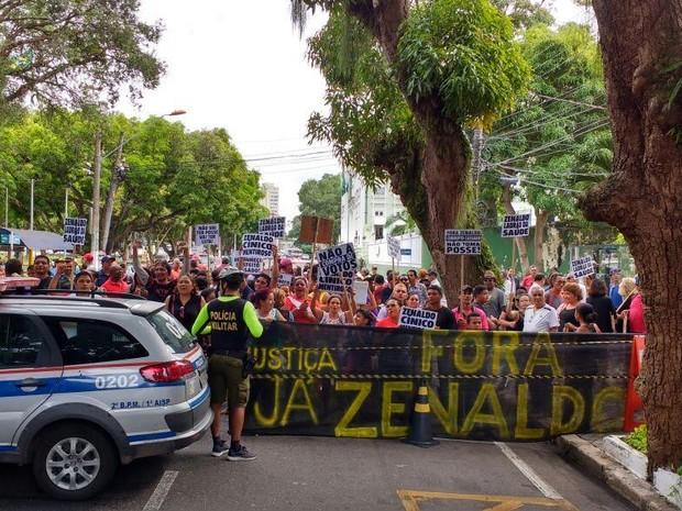 Manifestantes pedem o afastamnento do prefeito reeleito de Belém, Zenaldo Coutinho. (Foto: Arthur Sobral/G1)