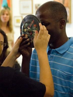 Visitas com educadores na 30ª Bienal de São Paulo para pessoas com deficiências (Foto: Denise Adams/Divulgação)