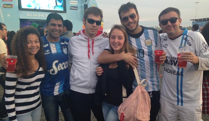 Argentinos puxam gauchas para tirar foto (Foto: Vinícius Guerreiro/G1)