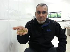 """Anwar Jeewa, considerado o """"papa da ibogaína"""", não quer largar o cigarro (Foto: Carlos Alciati Neto/G1 Campinas)"""