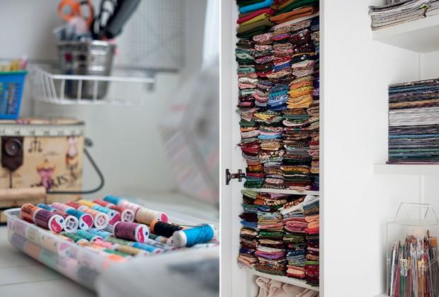 Uma bandeja plástica acomoda os carretéis de linha de todas as cores. Para armazenar em um só espaço todos os tecidos, a solução foi o armário vertical, com porta e prateleiras (Foto: Pedro Abude)
