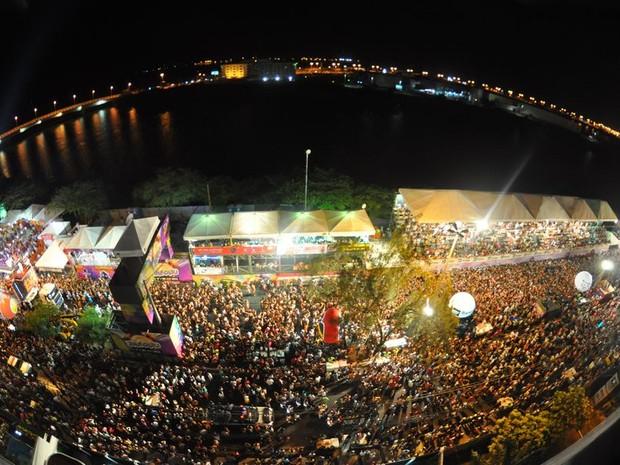 Banda Eva arrastou a multidão que tomou conta da Av. Beira Mar nesta segunda noite de Pré-Caju (Foto: Jorge Henrique/ G1 SE)