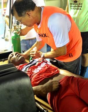 Amarildo, do River-Pi ficou desacordado alguns minutos (Foto: Rafael Moreira/GE-AP)
