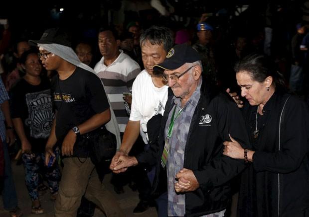 Angelita Muxfeldt, prima de Rodrigo Gularte, é vista após a execução do brasileiro na Indonésia na madrugada desta quarta-feira (29) (Foto: Beawiharta/Reuters)