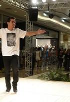 É Divino! Thiago Martins desfila em São Paulo