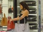 Juliana Paes compra roupa em loja de grife