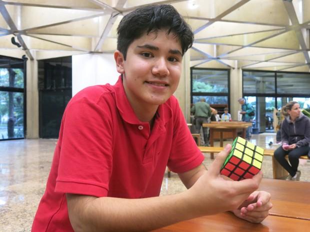 Gabriel é o recordista mundial de cubo mágico com os pés (Foto: Mariane Rossi/G1)