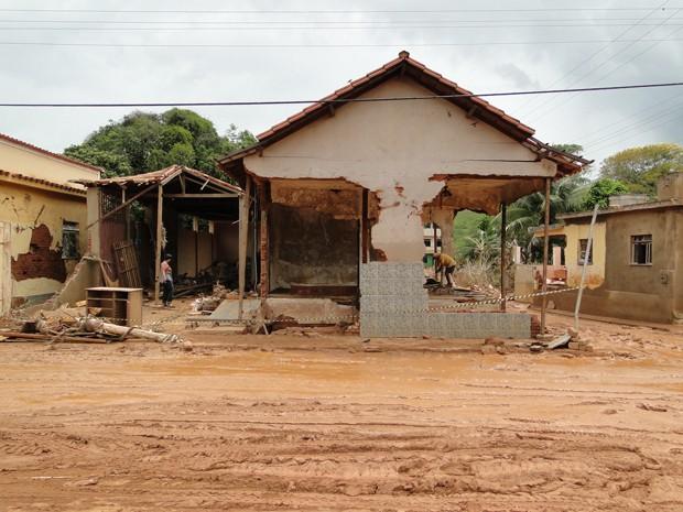 Água arrancou paredes de casa (Foto: Alex Araújo / G1 MG)