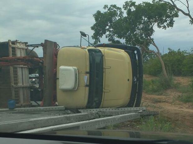 Segundo a PRF, um guincho foi acionado para retirar a carga e o veículo (Foto: Robson Figueiredo/Arquivo Pessoal)