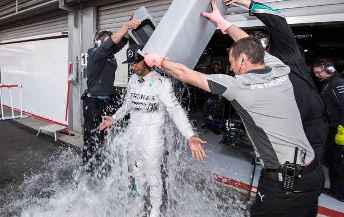 Lewis Hamilton mercedes gp da Bélgica banho de balde com gelo (Foto: Agência AFP)