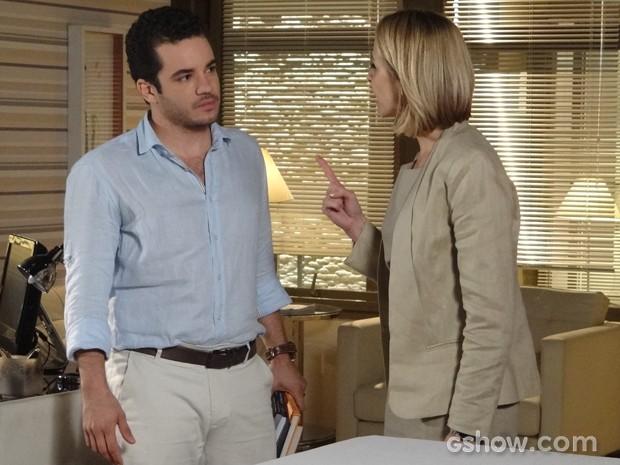 Silvia termina a briga com Felipe com sermão e tapa no rosto (Foto: Em Família / TV Globo)