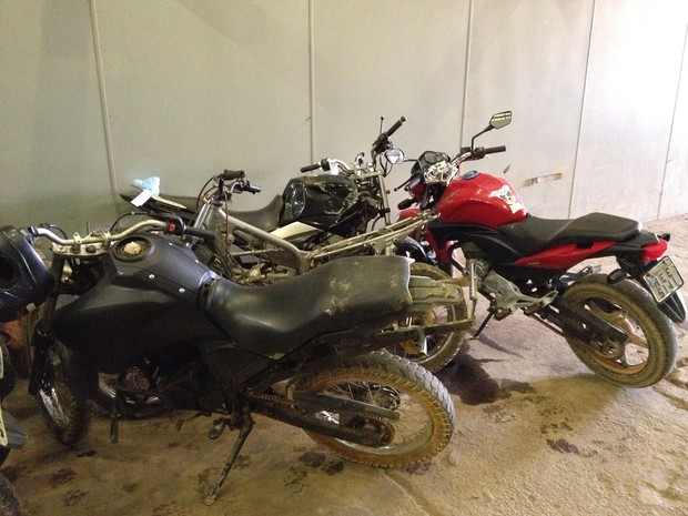 PM apreendeu quatro motocicletas e várias peças roubadas em Porto Velho (Foto: Matheus Henrique/ G1)