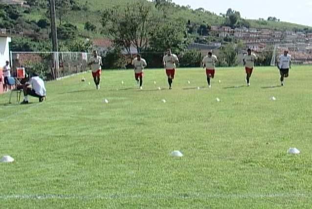 Novo treinador do Araxá avalia condições física dos atletas (Foto: Reprodução / Tv Integração)